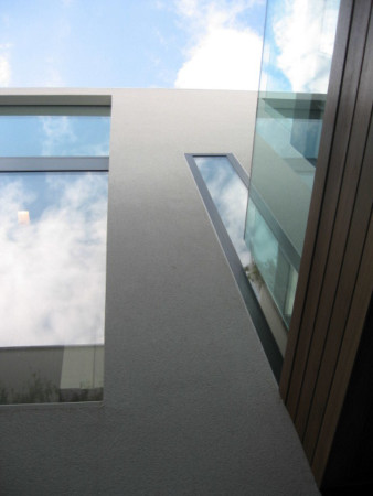 Structural glazing with frameless glass and Sky-Frame sliding doors.